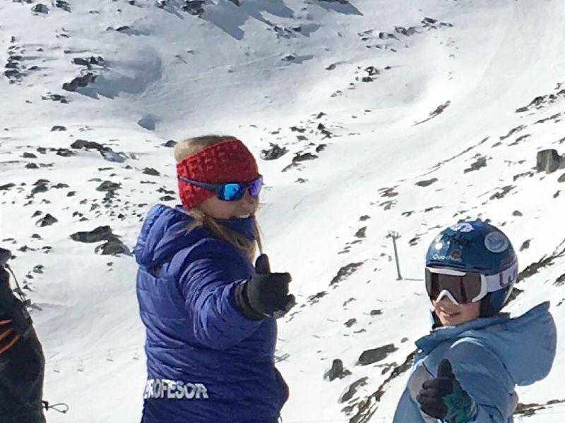 Progesora de esquí con alumno infantil